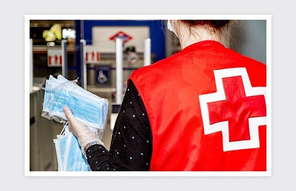 Reportaje fotográfico de la entrega de mascarillas en las estaciones de Metro y Renfe (Madrid)